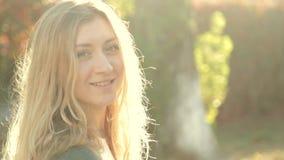 Красивая девушка усмехаясь на камере в яркой акции видеоматериалы