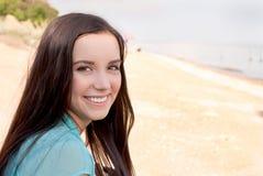 Красивая девушка усмехаясь на море Стоковые Фотографии RF