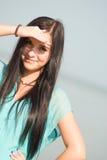 Красивая девушка усмехаясь на море стоковое фото