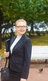 Красивая девушка усмехаясь с компьтер-книжкой Стоковые Фото
