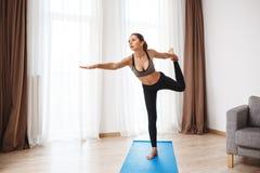Красивая девушка фитнеса выполняя йогу Стоковые Фото
