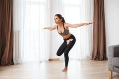 Красивая девушка фитнеса выполняя йогу Стоковые Фотографии RF
