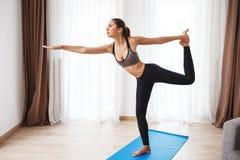 Красивая девушка фитнеса выполняя йогу Стоковые Изображения RF