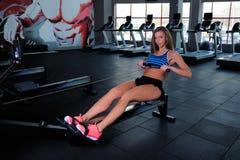 Красивая девушка фитнеса в спортзале Стоковое Изображение RF