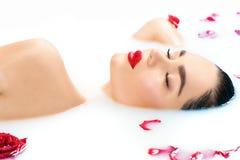 Красивая девушка фотомодели принимая ванну, курорт и skincare молока стоковая фотография rf