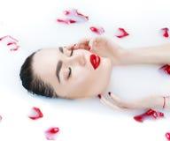 Красивая девушка фотомодели принимая ванну, курорт и skincare молока Стоковые Фото