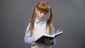 Красивая девушка читает книгу видеоматериал