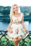 Красивая девушка blondie в платье в лете около реки Стоковая Фотография