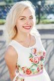 Красивая девушка blondie в платье в лете Стоковые Изображения