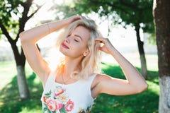 Красивая девушка blondie в платье в лете Стоковые Фото