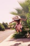 Красивая девушка outdoors наслаждаясь природой красивейшая девушка подростковая Стоковое Фото