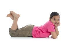 Красивая девушка Smilling лежа вниз стоковое изображение rf
