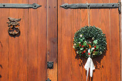 Красивая декоративная смертная казнь через повешение венка на деревянной двери Стоковая Фотография RF
