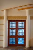 Красивая деревянная дверь в интерьере Стоковая Фотография RF