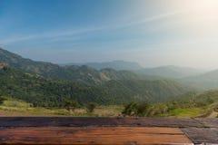 Красивая деревянная классика на верхнем холме предпосылки и голубом небе Стоковое Фото