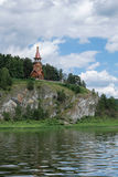 Красивая деревянная христианская православная церков церковь на банке r Стоковые Изображения RF