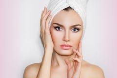 Красивая естественная женщина девушки после косметических процедур cosmetology стоковые изображения rf
