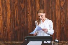 Красивая деятельность женщины как работник службы рисепшн Стоковая Фотография RF