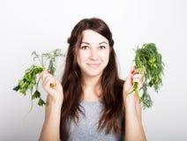 Красивая еда молодой женщины овощи держать укроп и петрушку здоровая еда - здоровая концепция тела Стоковая Фотография