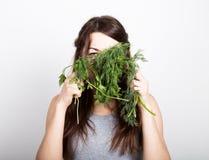 Красивая еда молодой женщины овощи держать укроп и петрушку здоровая еда - здоровая концепция тела Стоковая Фотография RF