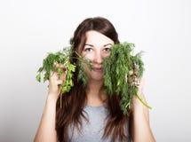 Красивая еда молодой женщины овощи держать укроп и петрушку здоровая еда - здоровая концепция тела Стоковые Изображения RF