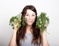 Красивая еда молодой женщины овощи держать укроп и петрушку здоровая еда - здоровая концепция тела Стоковое Изображение