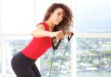 Красивая женская делая тренировка сопротивления Стоковые Фотографии RF