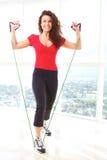 Красивая женская делая тренировка сопротивления Стоковое Изображение