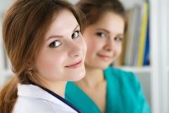 Красивая женская медицина 2 врачует работу на их офисе Стоковая Фотография