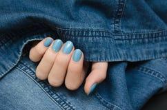 Красивая женская рука с голубым дизайном ногтя Стоковое Изображение