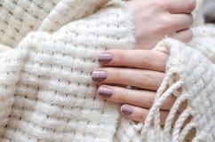 Красивая женская рука с светом - фиолетовым дизайном ногтя стоковая фотография rf