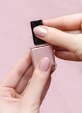 Красивая женская рука с теплым розовым дизайном ногтя Стоковое Изображение
