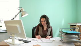 Красивая женщина архитектора работая на новом проекте на ее столе видеоматериал