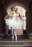 Красивая женщина балета outdoors Стоковые Изображения RF