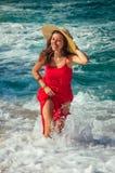 Красивая женщина бежит далеко от волн на пляже Стоковое Изображение RF