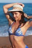 Красивая женщина бикини с подмышкой epilation на голубой предпосылке моря Стоковое Изображение