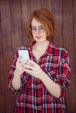 красивая женщина битника концентрируя на ее smartphone Стоковое Изображение