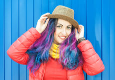 Красивая женщина битника моды с красочными волосами Стоковые Фотографии RF