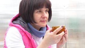 Красивая женщина брюнета выпивая от чашки сток-видео