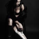 Красивая женщина брюнет бреет ее ноги Стоковые Фотографии RF