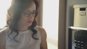 Красивая женщина брюнет в стеклах проверяет и одобряет документы сток-видео