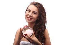 Красивая женщина брюнет держа вокруг розового мыла в коробке, портрете девушки с вьющиеся волосы и белом полотенце Курорт дня, ко Стоковые Фото