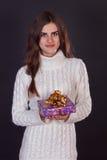 Красивая женщина брюнет держа подарочную коробку Стоковая Фотография RF