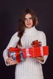 Красивая женщина брюнет держа подарочную коробку Стоковое Фото