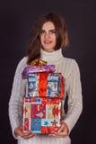 Красивая женщина брюнет держа подарочную коробку Стоковое фото RF