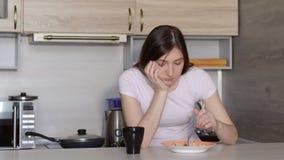 Красивая женщина брюнет есть рис с овощами стоковые фото