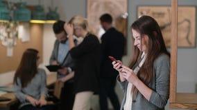 Красивая женщина брюнет использует таблетку сенсорного экрана в современной startup команде офиса в рабочем месте Стоковые Изображения