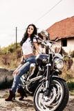 Красивая женщина брюнет мотоцикла с классическим мотоциклом c Стоковое Изображение