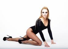 Красивая женщина брюнет нося черное модное женское бельё Стоковое Изображение RF