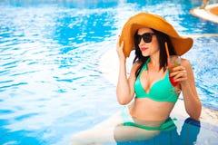 Красивая женщина брюнет нося шляпу и солнечные очки, наслаждаясь Стоковое Изображение RF